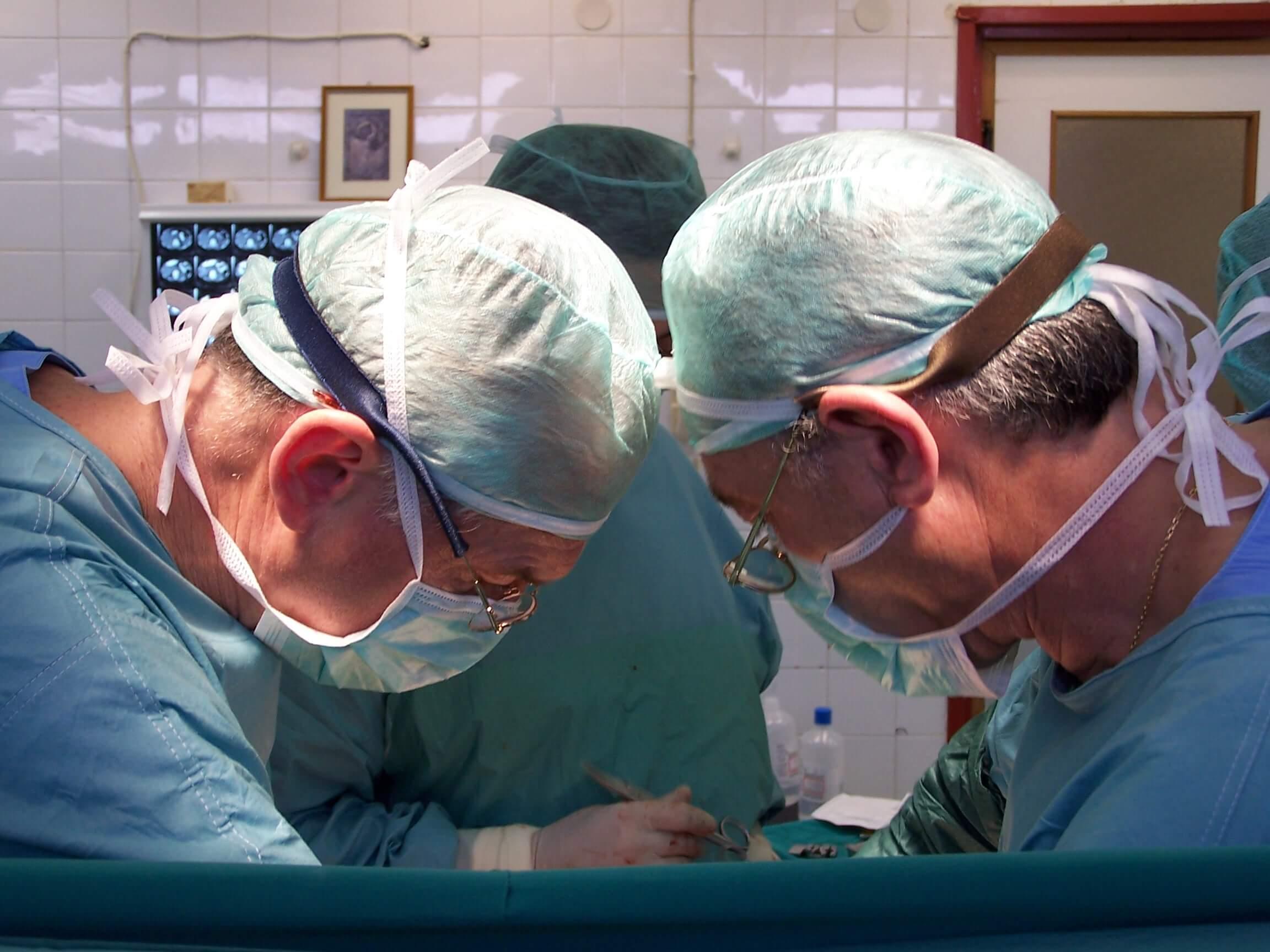 Κυτταρομειωτική χειρουργική στο νοσοκομείο Διδυμοτείχου (2005). Διακρίνονται εξ αριστερών προς τα δεξιά: Paul Sugarbaker, Απόστολος Τέντες